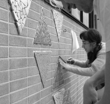 Le duo de l'Atelier Nayan proposera aux visiteurs d'Ex Sculptura de manier l'argile recyclée et façonner leurs propres micros-sculptures dans lesquelles seront cachées des graines de semence diverses. À la manière du jeu Trouver Charlie, celles-ci seront disposées librement par les participants dans les environs du symposium, aiguisant les sens de l'observation et de la curiosité de tous! 🌿